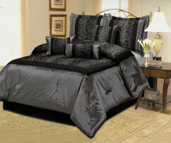 wunderschöne-schwarze-bettwäsche-im-schlafzimmer- eine lampe daneben