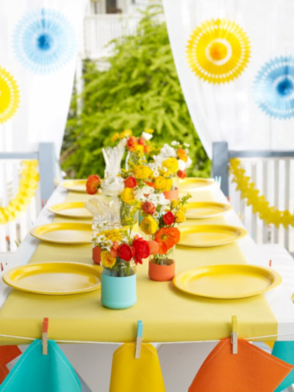 wunderschöne-sommerliche-tischdeko-mit vielen bunten blumen und gelben tellern