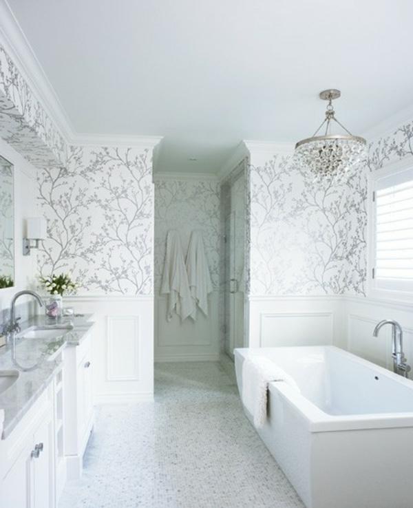schöne-weiße-Wand-mit-silbernen-elementen