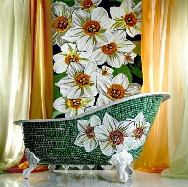 wunderschönes-bad-mit-mosaikfliesen- eine akzentwand und eine super luxuriöse feristehende badewanne