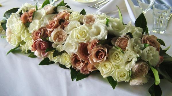 zarte-Tischgestecke-für-Hochzeit-rosen