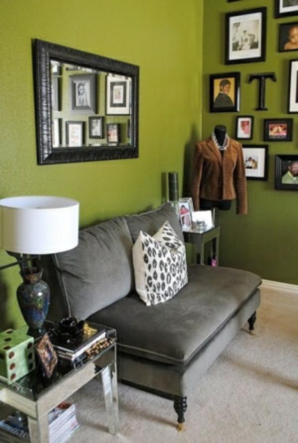 zimmer-mit-wandfarbe-olivgrün-gestalten- eine weiße lampe neben dem sofa