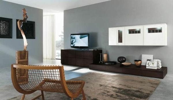 zimmergestaltung -ideen-modernes-Design-für-Wohnzimmer-viel Raum-und Holzsessel-zum-relaxen