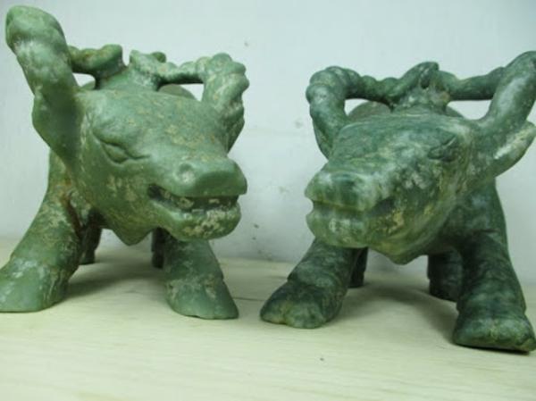 zwei-dekorative-figuren-aus-grünen-marmor-interessant aussehen