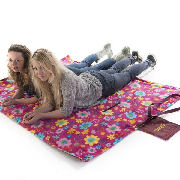 zwei-junge-frauen-auf-einer-picknick-decke- weißer hintergrund