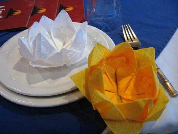 zwei-rosen-aus-servietten-falten-weiße und orange farbe