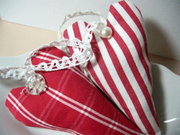 zwei-schöne-stoffherzen-selber-nähen- rote farbe als hauptfarbe für die gestaltung
