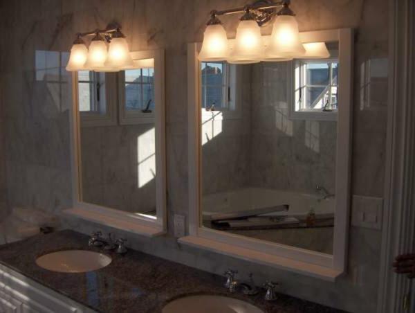 zwei-spiegel-mit-leuchten-zwei schöne waschbecker