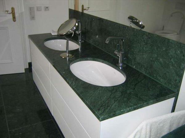 zwei-waschbecken-grüner-marmor-moderne gestaltung fürs bad
