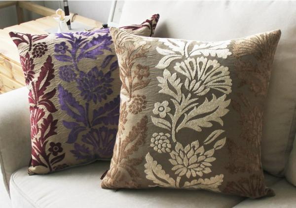 zwei-wunderschöne-sofakissen-in-lila-und-in-beige- kreative ornamente