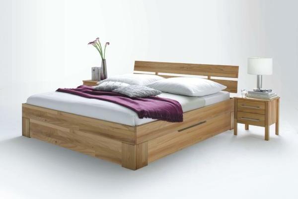 elegantes-doppelbett-mit-einer-nachtlampe