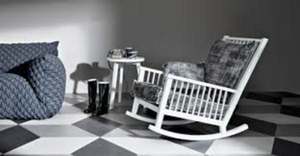 Der-Schaukelstuhl-im Zimmer-mit-Schatten