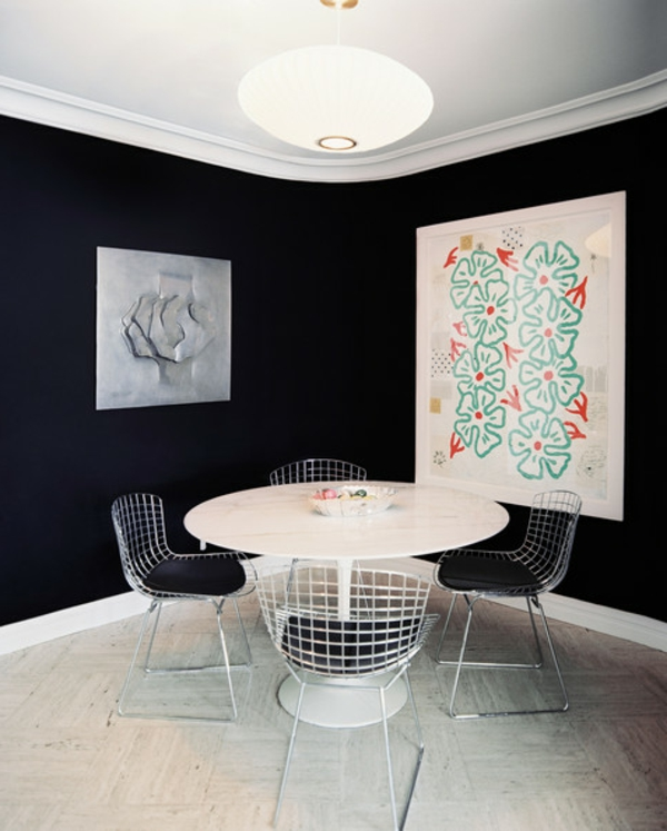Tulip-Tisch-neben-schwarzer-Wand