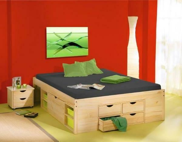 elegantes-doppelbett-mit-einer-langen-nachtlampe-und-rote-Wand