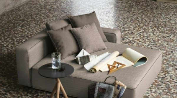 Dekokissen-grau-auf-der-Sofa