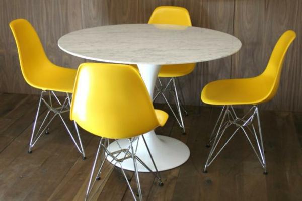 Tulip-Tisch-mit-gelben-Stühlen