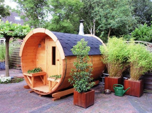 Garten-Sauna-Holz-mit-pflanzen