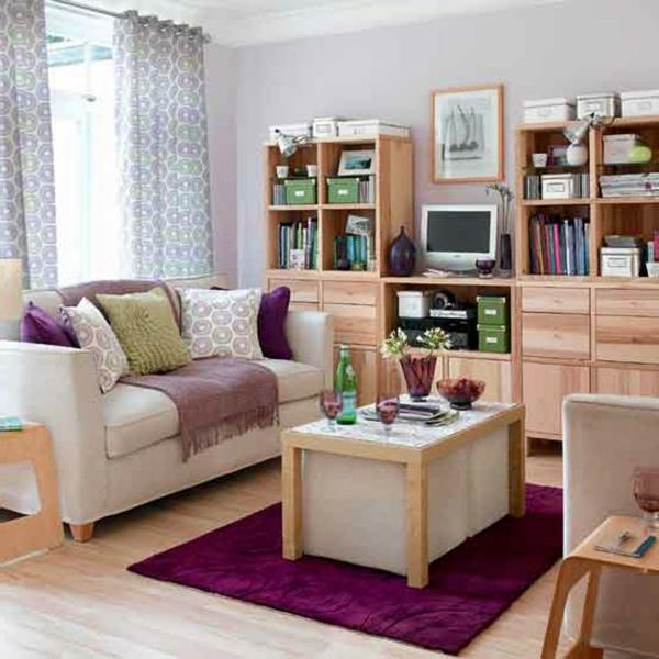 Bunte- Dekokissen- in- kleinem- Wohnzimmer