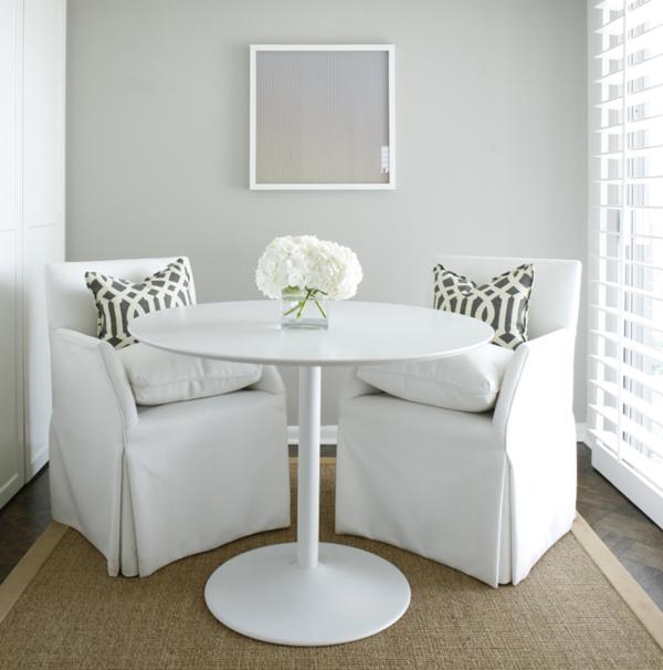 Tulip-Tisch-mit-zwei-Weissen-Sofas