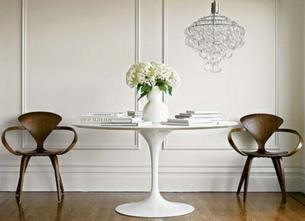 Weisser- Tulip- Tisch -mit zwei- Retro- Stühlen- aus- Holz.
