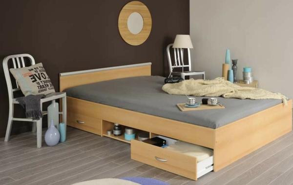 Doppelbett-mit-schubladen-und-zwei-Stühlen