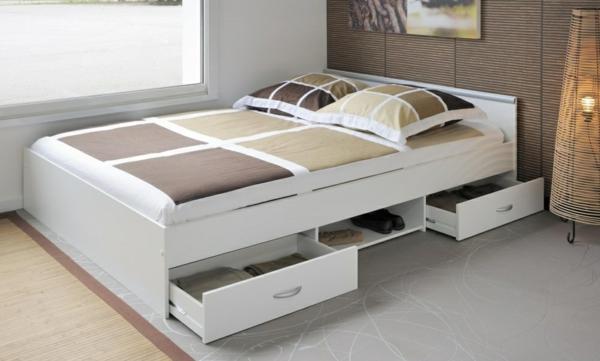elegantes-doppelbett-mit-einer-nachtlampe-im-weiss