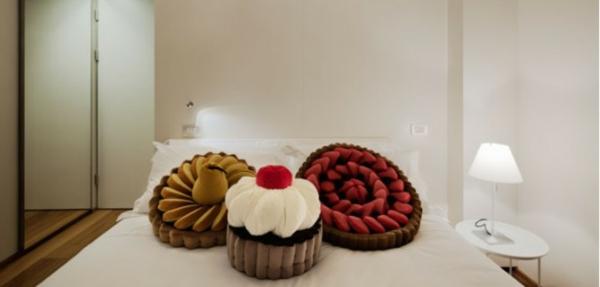Kuchen-Sitzkissen-auf dem Bett