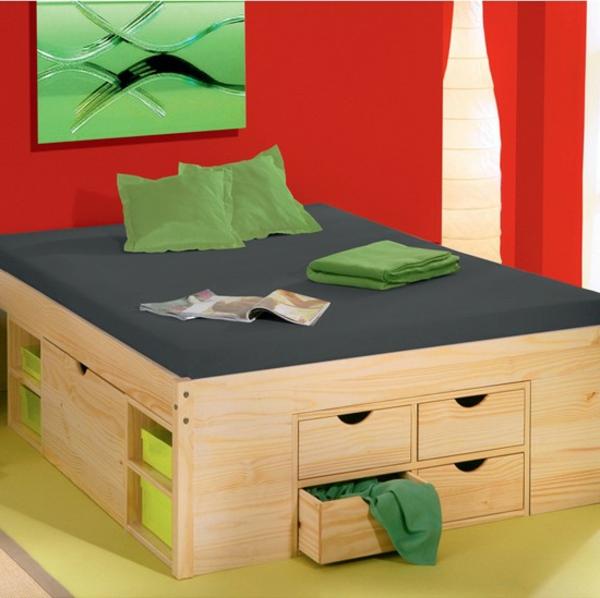 elegantes-doppelbett-mit-roter-wand-und-viele-schubladen