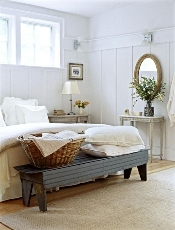 schönes schlafzimmer in weiß - ovalförmiger spiegel