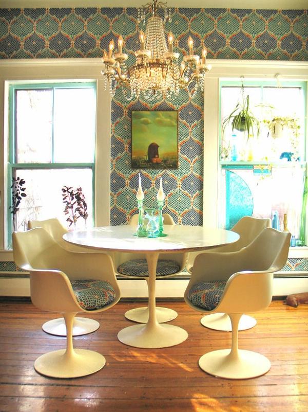 Tulip-Table-retro-mit Wandtappeten-und-vier-Sessel