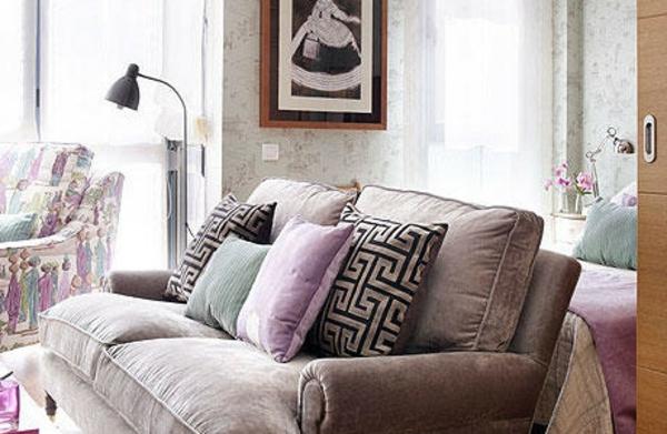 Pastelfarbe-im -Wohnzimmer-mit-vielen-Dekokissen