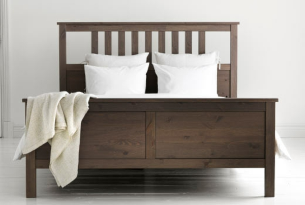 Doppelbett-aus-Holz
