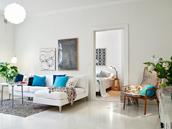 skandinavisches wohnzimmer mit dekokissen
