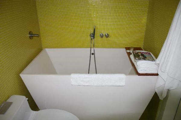 Badewanne-für-kleines-Bad-grüne-Wand-Olivgrün