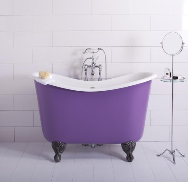 coole-Badewanne-für-kleines-Bad-in-lila-Farbe