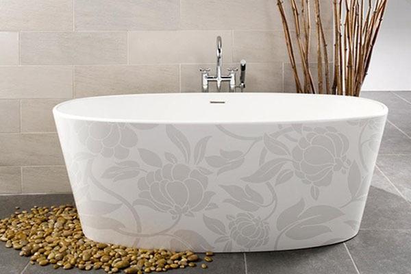 elegante-Badewanne-für-kleines-Bad-weiß