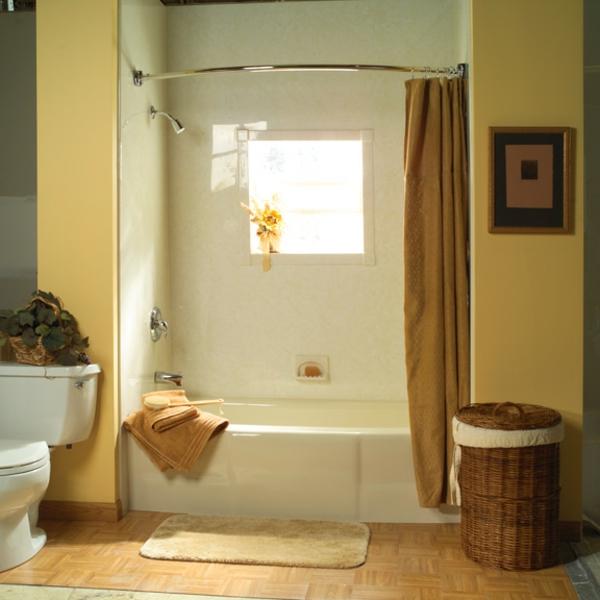 Badewanne-mit-Dusche-und-Vorhänge-Badezimmer