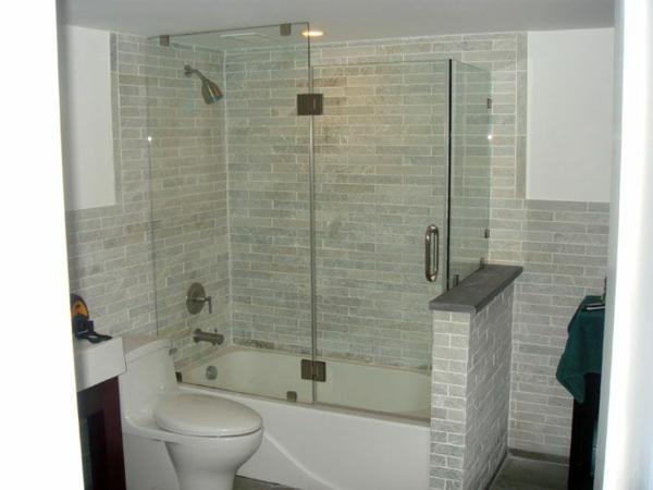 kleine-Badewanne-mit-integrierter-Dusche-Glastür