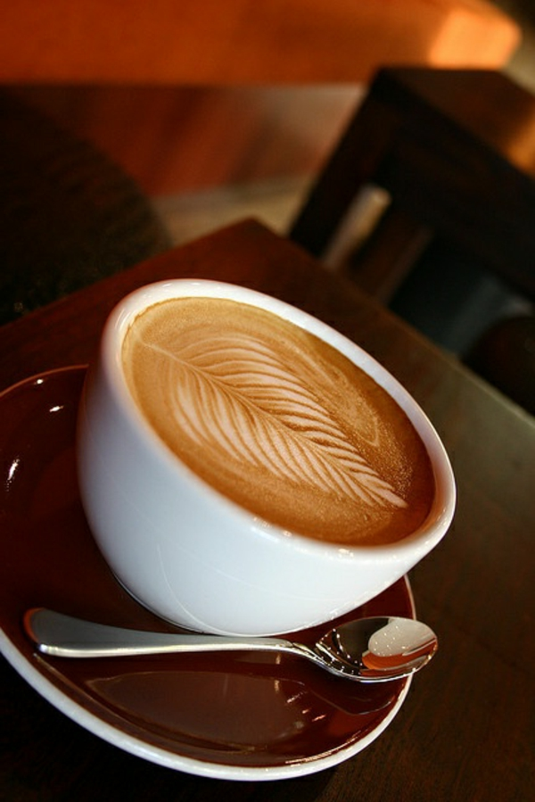 Blatt-Kaffeedekoration-Tasse-Kaffee-Dekoidee