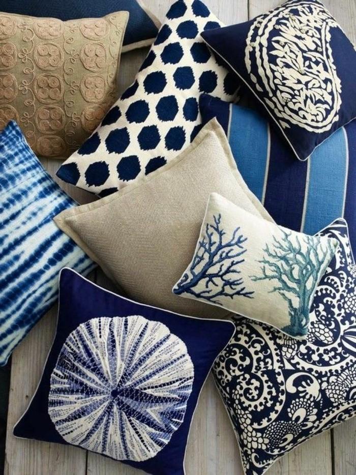 Blaue-Kissen-mit-verschiedenen-Mustern
