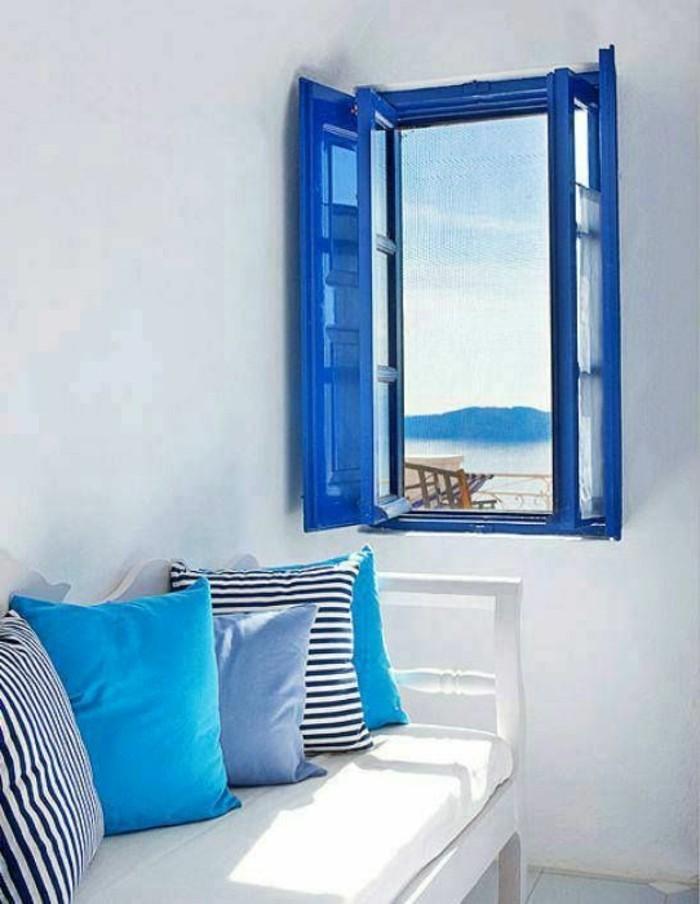 Blaue-Kissen-zu-dem-Fensterrahmen-passend