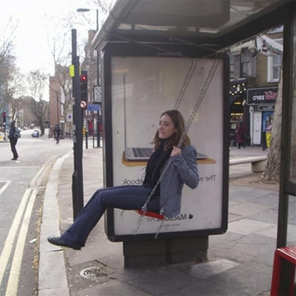 Bushaltestelle-mi-schaukel-spaß-haben-beim-warten