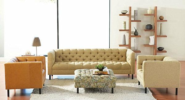 skandinavisches wohnzimmer mit einem sofa und zwei sesseln