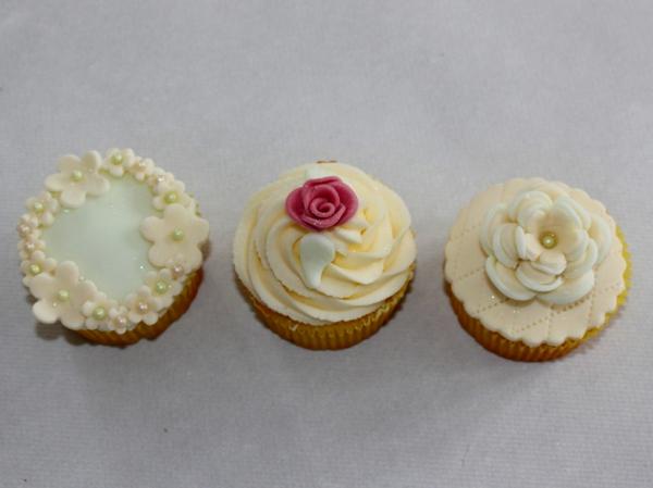 Cupcakes-Hochzeit-mit-rosen-und-kleinen-blümchen-glänzend