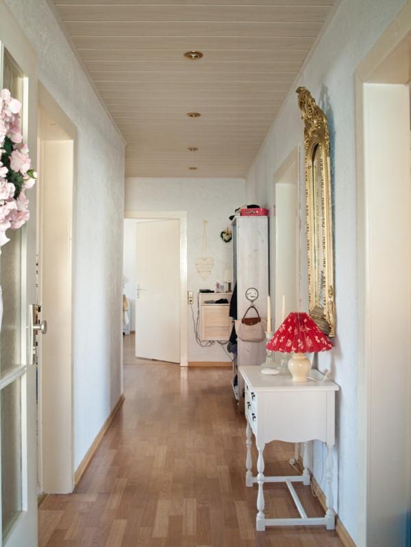 eleganter-Flur-einrichtungsideen-holyboden-weiße-möbel-