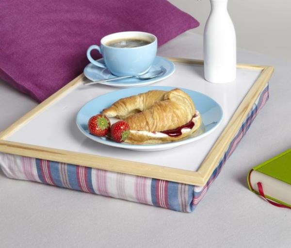 Frühstück-im-Bett-Tablett-aus-Holz-mit-flachem-Kissen