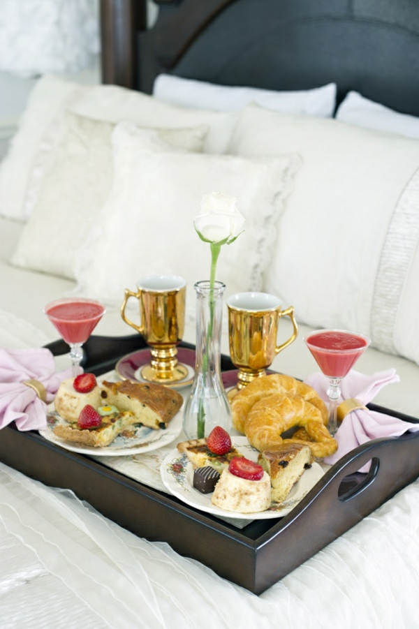 Frühstückstablett-fürs-Bett-aus-dunklem-Holz-Idee