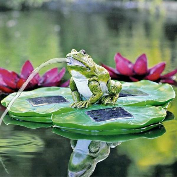 Frosch-aus-einem-Blatt-Brunnen-im-Garten