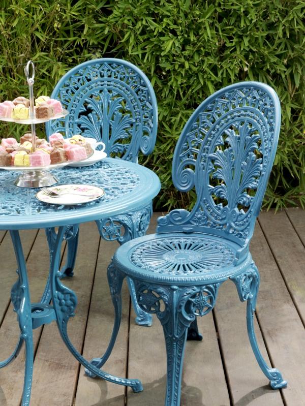 blaue-Gartenstühle-aus-Metall