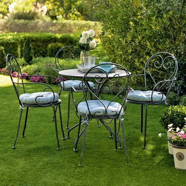 schönes-Gartenmöbelset-aus-Metall-mit-Sitzkissen